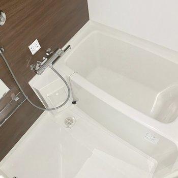 お風呂は乾燥機付きです。※通電前のため一部フラッシュを使用しています
