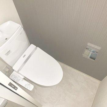 トイレもねずみ色のクロス。落ち着くきます。※通電前のため一部フラッシュを使用しています