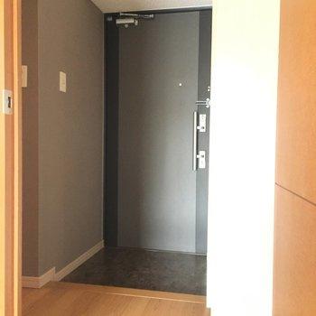 玄関も広々ですよ〜。(※写真は4階の反転間取り角部屋のものです)
