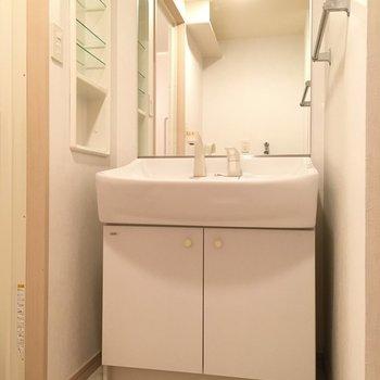 洗面台はワイドサイズだ〜!(※写真は4階の反転間取り角部屋のものです)