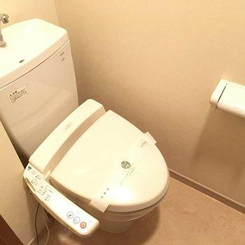 トイレはウォシュレット付き。(※写真は4階の反転間取り角部屋のものです)