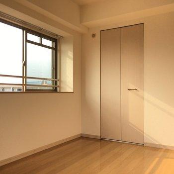 洋室には何やらドアありますね。(※写真は4階の反転間取り角部屋のものです)