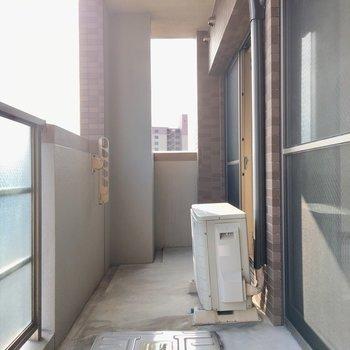 ワイドなバルコニーは洗濯物が干しやすそうです。(※写真は4階の反転間取り角部屋のものです)