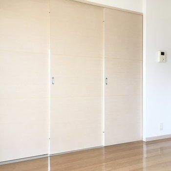 お部屋は引き戸で仕切ることが出来ますよ。(※写真は4階の反転間取り角部屋のものです)