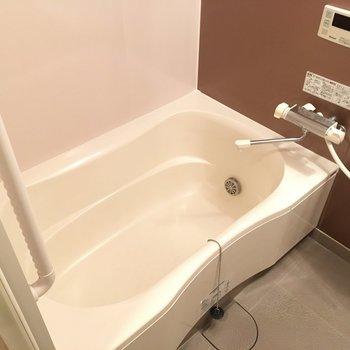 お風呂は追い焚き付きで浴槽も広いね!(※写真は4階の反転間取り角部屋のものです)