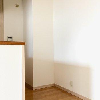 キッチン後ろに冷蔵庫などは置けそうですね。(※写真は4階の反転間取り角部屋のものです)