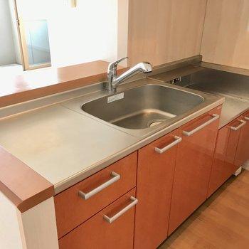 キッチンは広い!コンロは持ち込みです。(※写真は4階の反転間取り角部屋のものです)