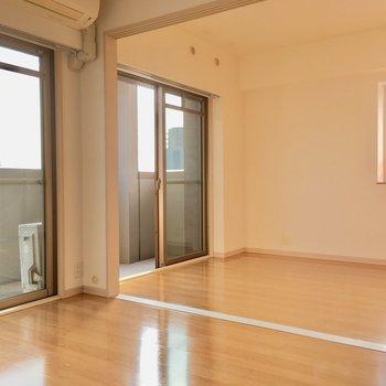 床はフラットでつまずきの心配も少ない〜。(※写真は4階の反転間取り角部屋のものです)