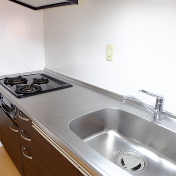 キッチンは3口グリル付き (※写真は9階の同間取り別部屋のものです)