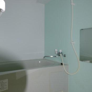 お風呂はライトブルーの色合い*フラッシュ撮影です。(※写真は2階の同間取り別部屋のものです)