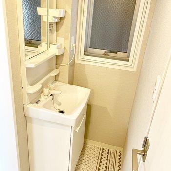 独立洗面台の横に、共用部に面した窓もあって、湿気を逃がせますよ♪