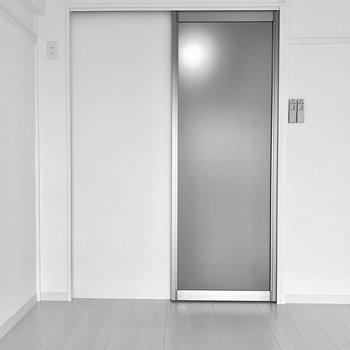 すりガラスの引き戸は開閉も静かにできる仕様。