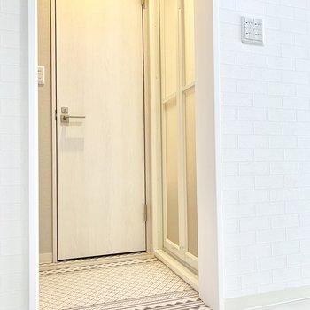 脱衣所にドアはありませんが、見えてもかわいい床が◎