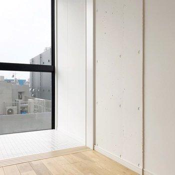 この壁もコンクリートの質感が素敵なんです。