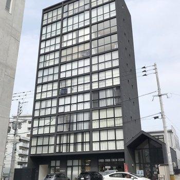 正方形の窓が並んだ、2016年築のマンションです。