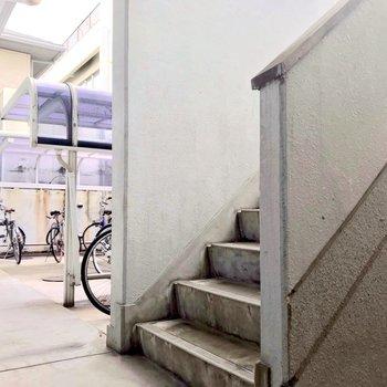 駐輪場と階段。