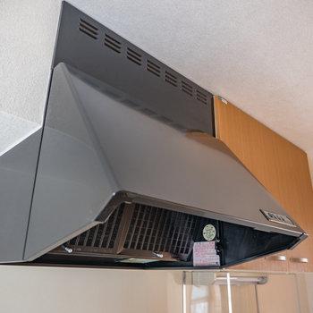 黒のレンジフードがお部屋を引き立てます※写真は1階の同間取り別部屋のものです
