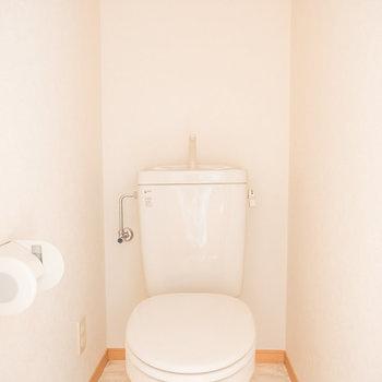 トイレ上部には棚がありますよ※写真は1階の同間取り別部屋のものです