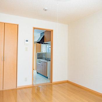 メープル色を基調としたリビング※写真は1階の同間取り別部屋のものです
