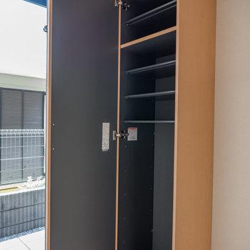 シューズボックスの棚は取り外し可能※写真は1階の同間取り別部屋のものです