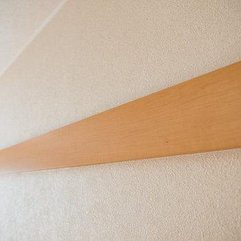 この木の板はハンガーを使えば引っ掛けることができますよ※写真は1階の同間取り別部屋のものです