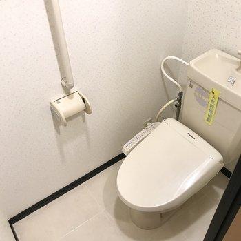 トイレは窓付きだし上部収納もありますよー!(※写真は1階の同間取り別部屋、モデルルームのものです)