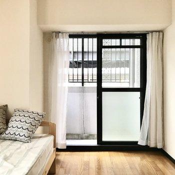 玄関側のお部屋はちょっぴりコンパクト。 (※写真は1階の同間取り別部屋、モデルルームのものです)