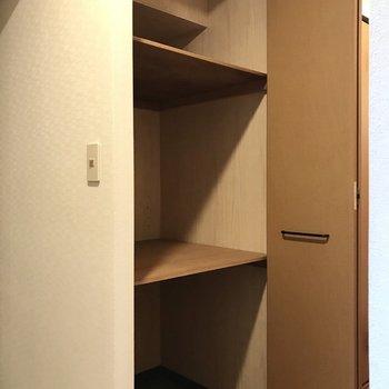 玄関横のこの収納。サッカーボールやスケボーを入れたり・・・!(※写真は1階の同間取り別部屋、モデルルームのものです)