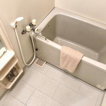 お風呂はシンプルな感じ、シャンプーラックが嬉しい◎(※写真は1階の同間取り別部屋、モデルルームのものです)