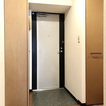 スッキリとした玄関。(※写真は1階の同間取り別部屋、モデルルームのものです)