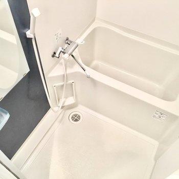 ミラーもラックもあって使いやすいお風呂。