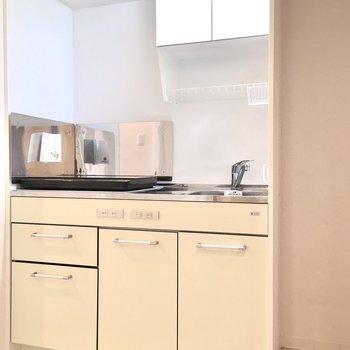 横には冷蔵庫スペースもありますよ。