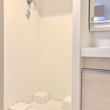 洗濯機置き場は上部に棚もついていますよ。