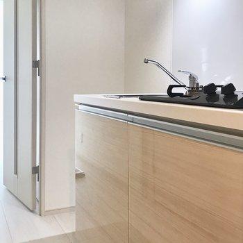 冷蔵庫はキッチン奥のスペースに。