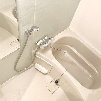 お風呂の壁は薄〜いグリーン。