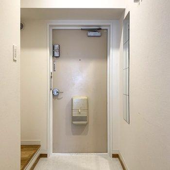 玄関は可愛く白い陶器のタイルで。