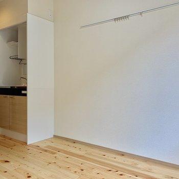 冷蔵庫は配線に注意しながらキッチン横に