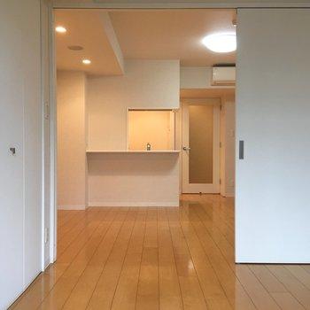 【洋室】洋室からキッチンを眺める。