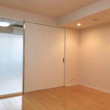 【LDK】お部屋の開放感の秘訣は、仕切りのすりガラスでしょうか。