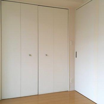 【洋室】こちらは寝室ですかね。