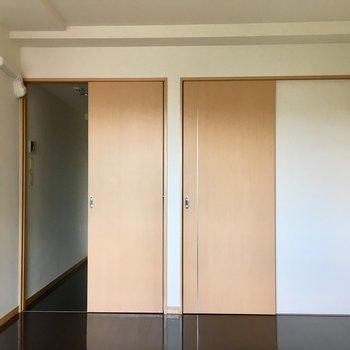 【LDK】窓側から見ると。左の戸の奥はキッチンです。