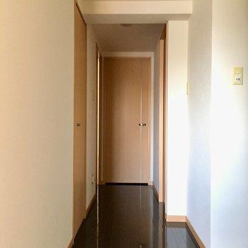 廊下の奥の寝室へ。