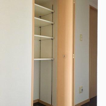 廊下の途中には収納棚も。掃除道具や日用品がしまえますね。