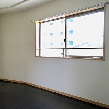 【LDK】窓に右下にテレビが置けます。