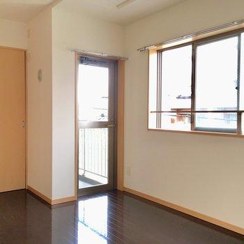 【寝室】窓とバルコニーがあります。
