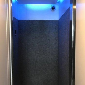 エレベーターもブルー!