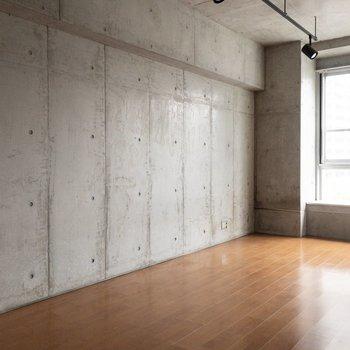 壁一面は打ちっ放しコンクリ