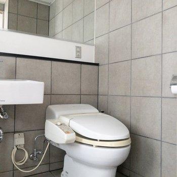 横にはオープンなトイレ