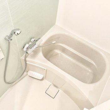 お風呂は薄いグリーンの壁。浴室乾燥機付きです。