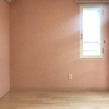 寝室には窓が2つ、明るいの!